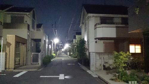 明るい住宅街の公道